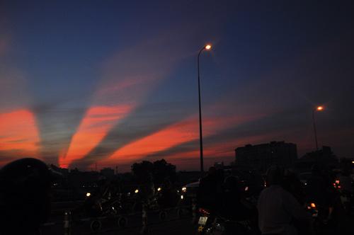 Xuất hiện tia sáng kì lạ trên bầu trời TP.HCM - 1