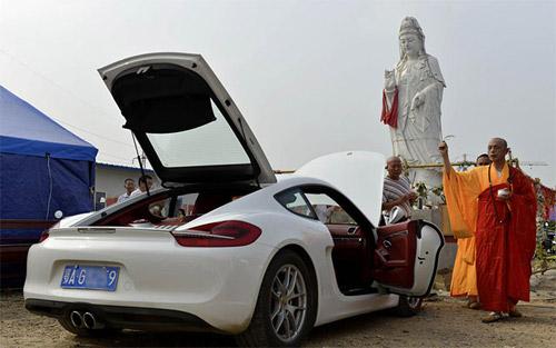 """TQ: Dân mạng nổi sóng vì sư """"cầu an"""" cho siêu xe - 1"""