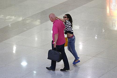 """Thu Minh """"bắt nạt"""" chồng giữa chốn đông người - 1"""
