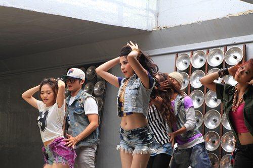 Kiwi Ngô Mai Trang khoe eo thon sexy trong MV mới - 1