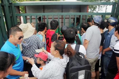 "Săn vé xem U19 VN, fan bị dân phe ""chặt chém"" - 1"