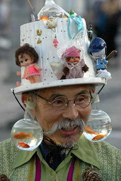 Chiếc mũ độc đáo với bình cá cảnh - 1
