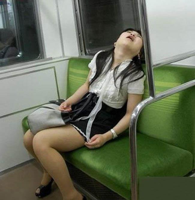 Ngủ thôi sao gương mặt biểu cảm thế?