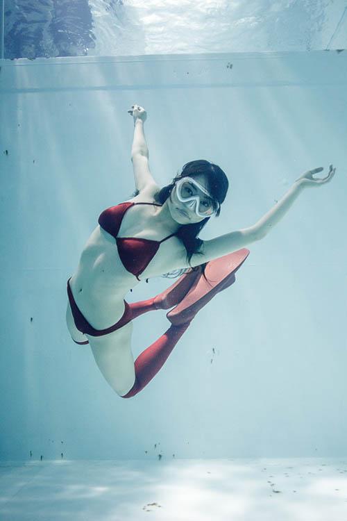 """Thiếu nữ Nhật """"cuồng"""" mặc nội y chụp ảnh dưới nước - 1"""