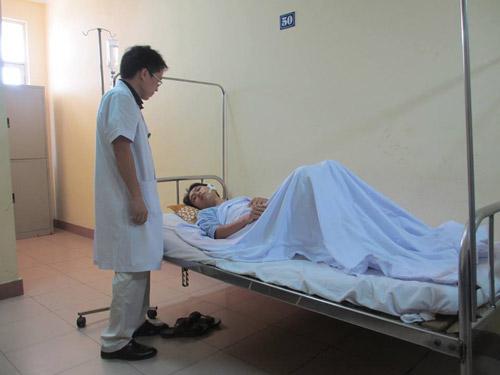 Bác sĩ kể lúc người nhà bệnh nhân đánh gãy xương gò má - 1