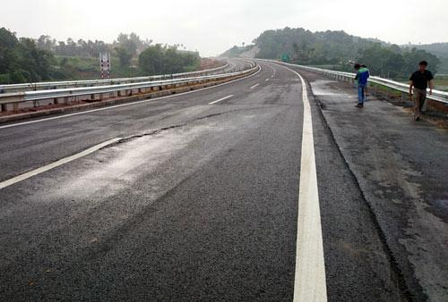 Bộ Xây dựng lên tiếng vụ nứt cao tốc Hà Nội – Lào Cai - 1