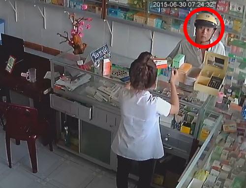 Video: Tung hỏa mù, trộm điện thoại trong tiệm thuốc tây - 1