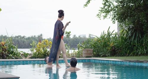 Video: Mỹ Duyên diện bikini đứng trên nước dạy kungfu - 1