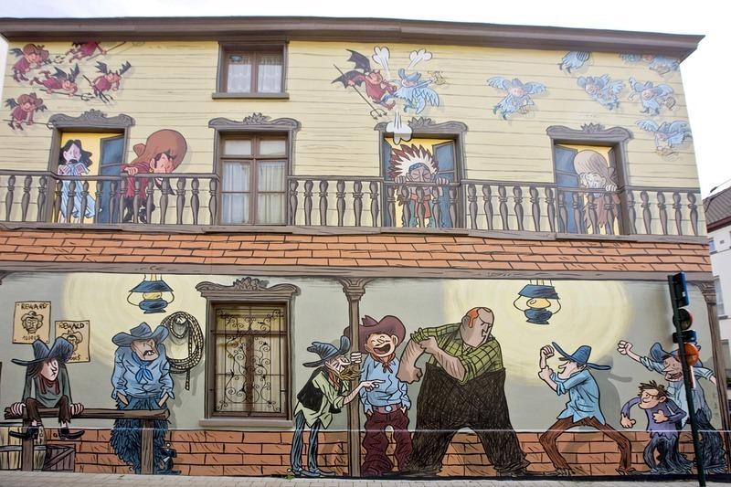 Chắc hẳn bạn sẽ tưởng rằng mình đang lạc vào thế giới hoạt hình trên màn ảnh khi đặt chân tới Brussels, Bỉ, nhưng không phải, vốn đó là những bức vẽ truyện tranh trên tường dài xuyên từ con phố này sang con phố khác ở khu Comic Strip Center.