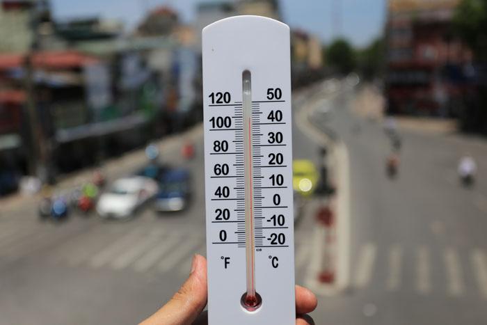 HN: Nóng 40 độ C, người dân ào ào vượt đèn đỏ - 1