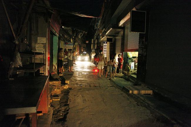 """HN: Mất điện nửa đêm, dân đổ ra đường """"kêu trời"""" - 1"""