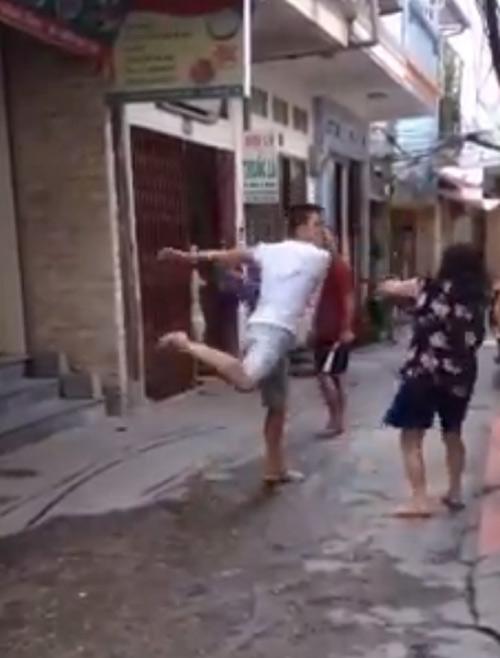 Dân mạng bức xúc thanh niên cầm dép đánh bà già - 1