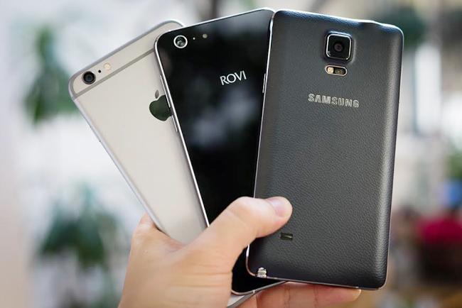 Rovi vừa ra mắt Hero X thuộc phân khúc phablet 5,5 inch. Máy đang được người dùng quan tâm bởi thiết kế ấn tượng cùng nhiều tính năng thú vị trong mức giá 3,7 triệu. Có kích thước tương đồng nhau, cả 3 sản phẩm đều cho cảm giác cầm nắm khá dễ chịu. Galaxy Note 4 có bề ngang khá rộng khiến bàn tay không quá lớn dễ bị cấn tay hơn so với Hero X. Trong khi đó iPhone 6 có độ hoàn thiện xuất sắc dễ chịu khi cầm trên tay.