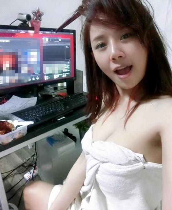 Nữ game thủ nóng bỏng quấn khăn tắm ngồi chơi gây sốt - 1