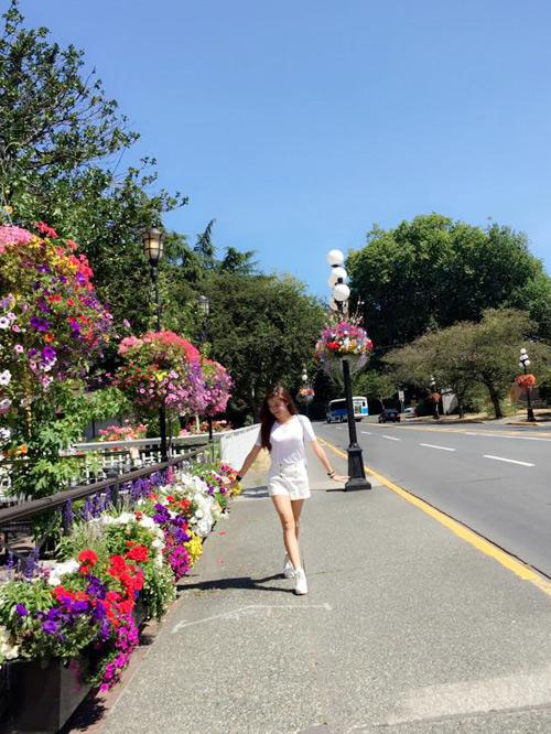 Á hậu Huyền My tung tăng dạo phố ở Canada - 1