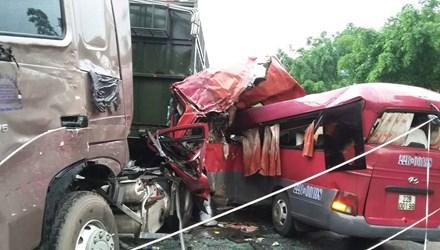 Ô tô đâm nhau kinh hoàng ở Phú Thọ, 7 người thương vong - 1
