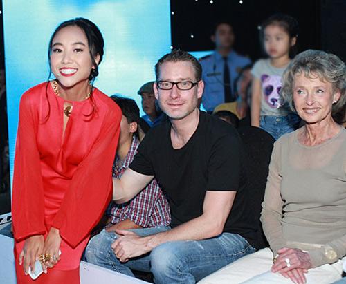 Mẹ chồng Tây tháp tùng Đoan Trang đi diễn - 1