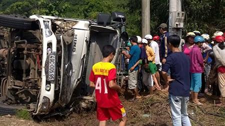 Xe tải chở vịt bị lật, người dân mua vịt ủng hộ tài xế - 1