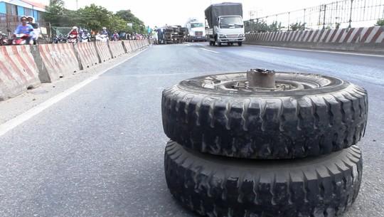 Gãy trục, bánh xe tải lăn 100 m trên Quốc lộ 1 - 1
