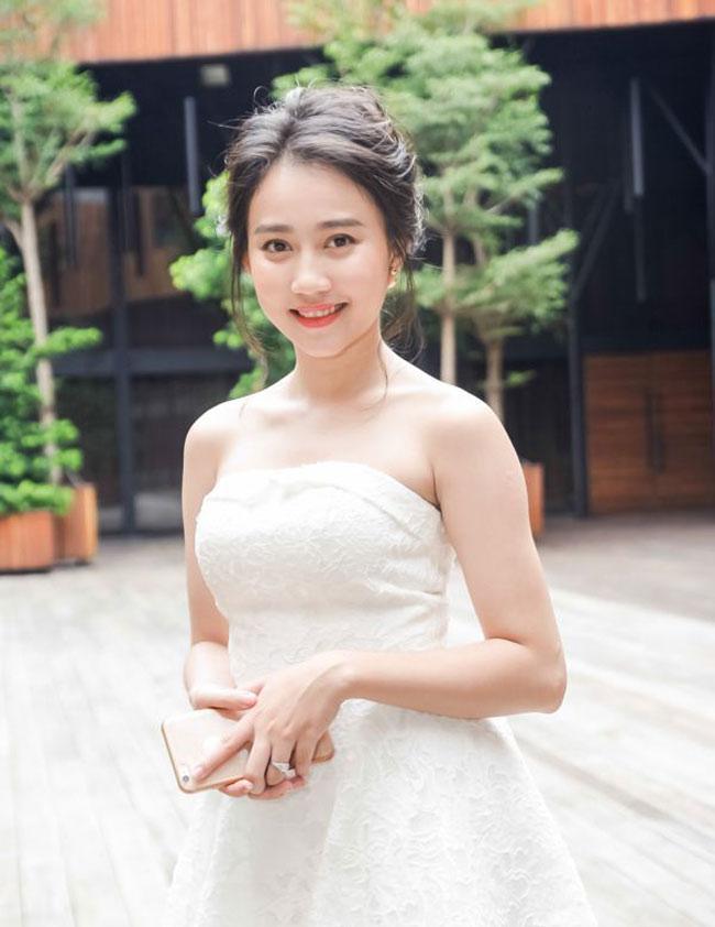 """Hồng Loan sở hữu vẻ đẹp trong sáng, tinh khiết được cho là rất hợp với hình tượng nữ chính trong MV """"Âm thầm bên em"""""""