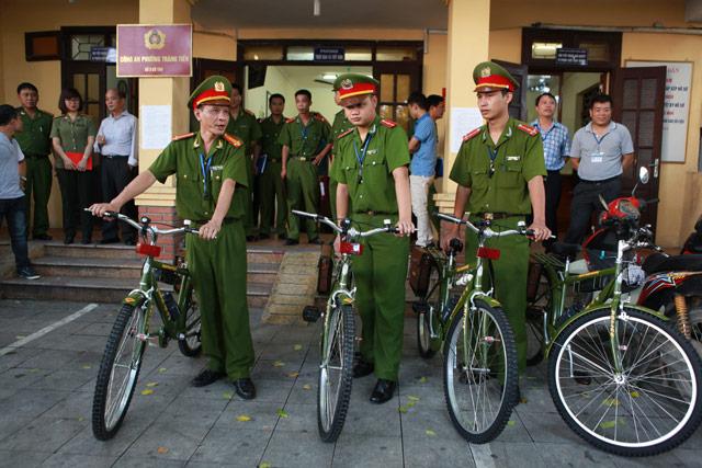 Ảnh: Ngày đầu tuần tra bằng xe đạp của Công an Hà Nội - 1