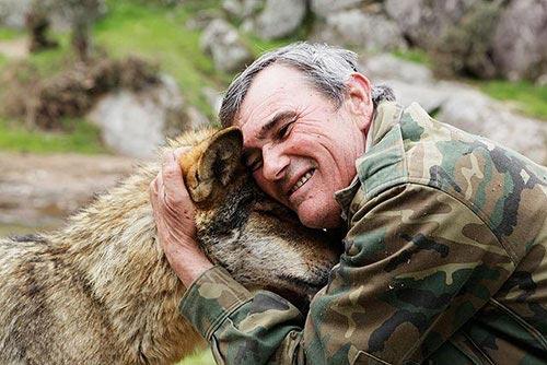 Chuyện ly kỳ về người đàn ông được sói hoang nuôi 12 năm - 1