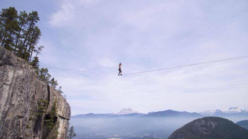 Thót tim: Kỷ lục đi trên dây không bảo hiểm ở 290m - 1