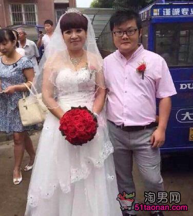 Choáng với đám cưới của chàng 9X và sếp nữ 52 tuổi - 1