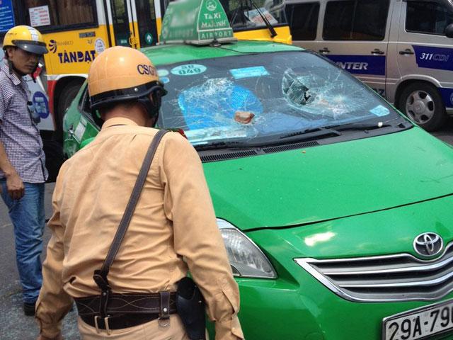 Taxi chạy trốn CSGT như phim hành động giữa Thủ đô - 1