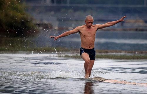 Võ sư Thiếu Lâm lập kỷ lục chạy 125m trên nước - 1