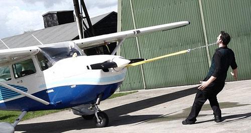 """""""Vua"""" kỷ lục Guinness kéo máy bay 677kg bằng tai - 1"""