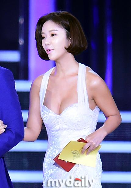 Mỹ nhân Hàn khoe gò bồng đảo gợi cảm trong lễ trao giải - 1