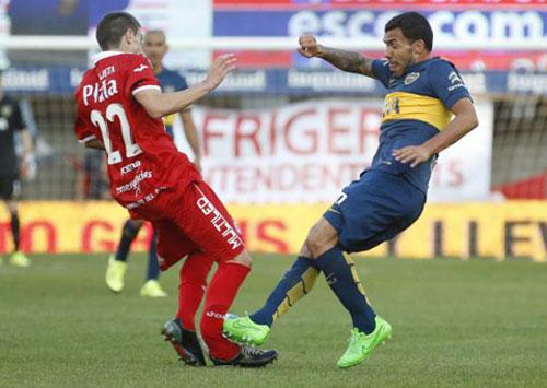 Ghê rợn: Đến lượt Tevez đạp gãy chân đối thủ - 1