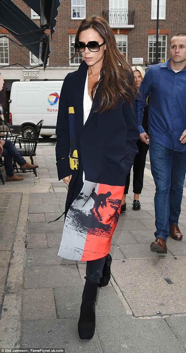 """Victoria Beckham ấn tượng với chiếc áo """"mới toanh"""" - 1"""