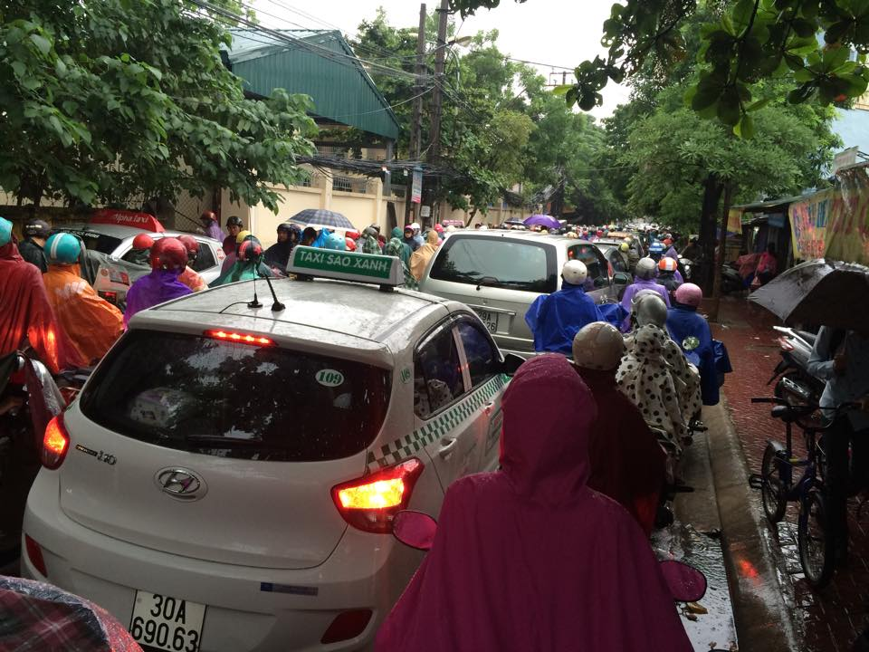Hà Nội: Giao thông hỗn loạn sau đêm mưa lớn - 1