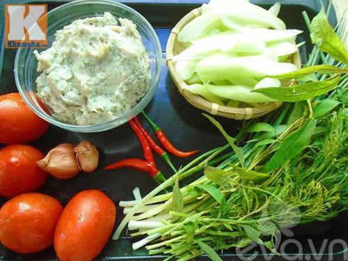 Nấu canh chua chả cá với dọc mùng cho buổi tối