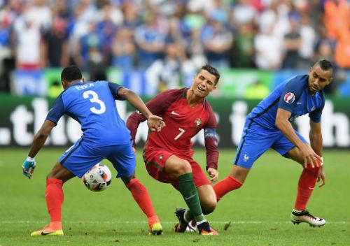 """Bị """"triệt hạ"""" & rời sân: Ronaldo có thể nghỉ 5 tháng - 1"""