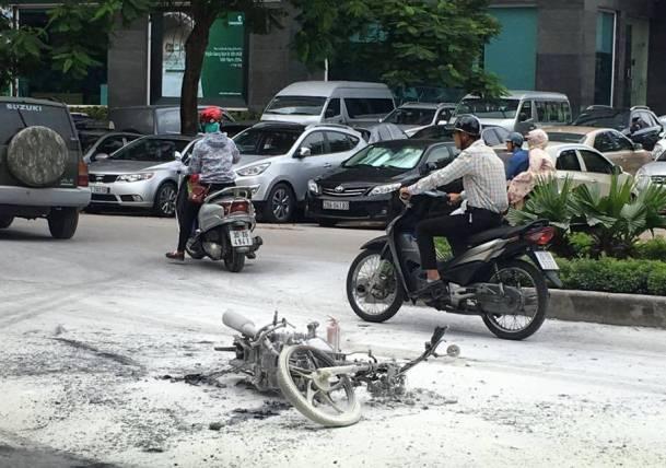 HN: Xe máy cháy rụi sau khi va chạm với taxi - 1