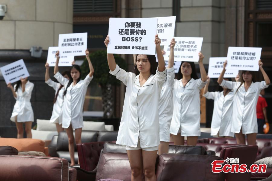 Thiếu nữ TQ mặc áo ngủ biểu tình phản đối làm thêm giờ - 1