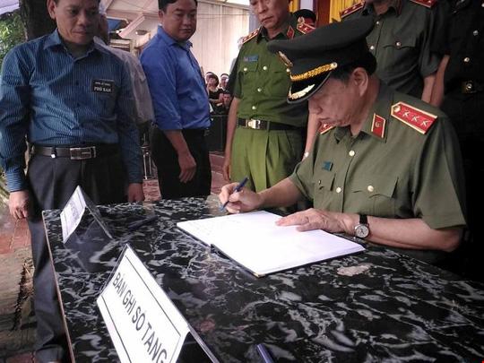 Bộ trưởng Tô Lâm viếng Bí thư, Chủ tịch HĐND tỉnh Yên Bái - 1