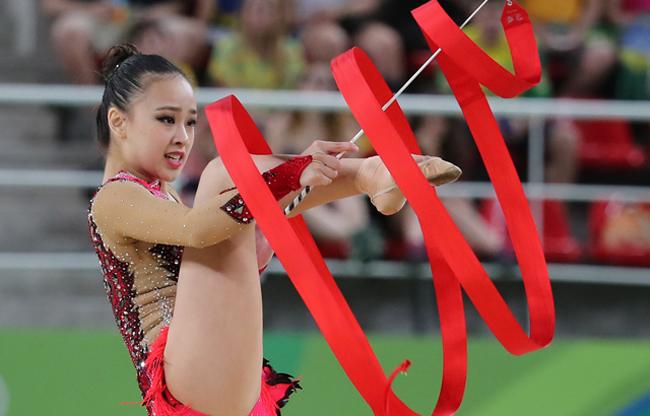 VĐV xinh đẹp Son Yeon Jae,cô gái có gương mặt ấn tượng không kém Hoa hậu đã không thể mang về huy chương cho đoàn Hàn Quốc ở Olympic Rio 2016.Với 72.898 điểm trong phần thi chung kếttoàn năng nữ cô chỉ đứng thứ 4 chung cuộc, không giành được huy chương. Nếu như có một cuộc thi nào đó liên quan đến sắc đẹp ở Olympic, Yeon Jae chắc chắn sẽ vô địch.