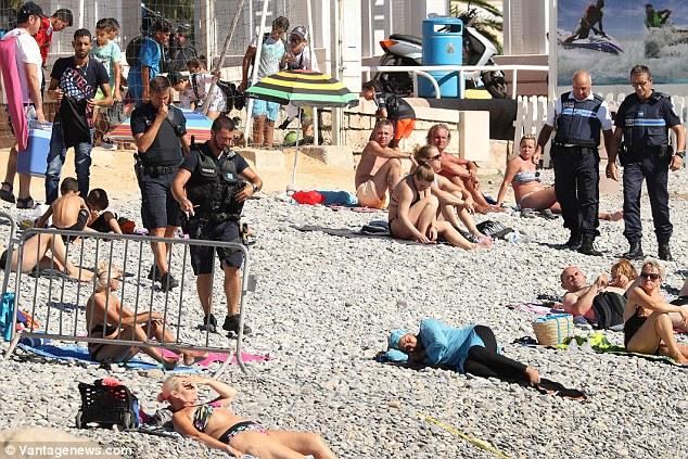 Cảnh sát Pháp ép phụ nữ cởi áo tắm Hồi giáo trên bãi biển - 1