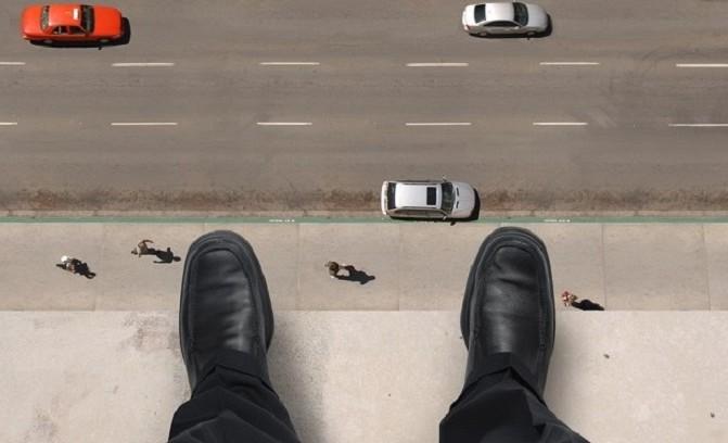 Đang ngủ thì bị người tự tử từ tầng 3 nhảy trúng - 1