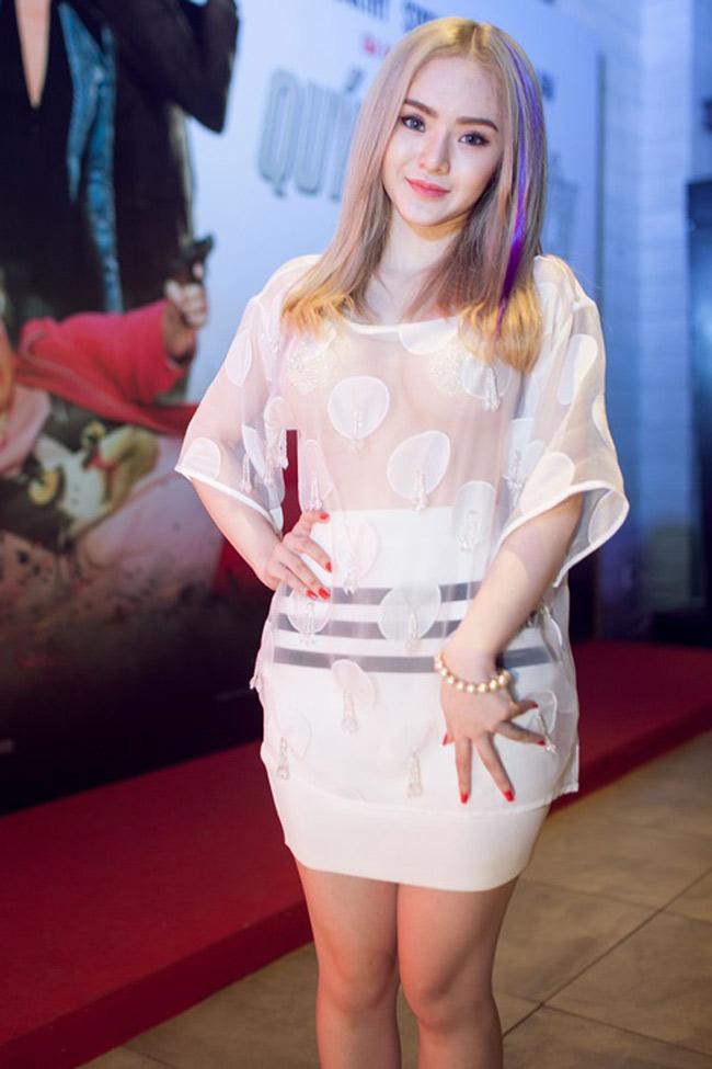 Trong khi đó em gái Phương Trinh cùng sinh năm 1996 giống Đỗ Mỹ Linh lại mang phong cách khác biệt.