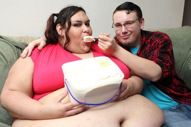 Cô gái nặng 300 kg vẫn được bạn trai vỗ béo bằng phễu - 1