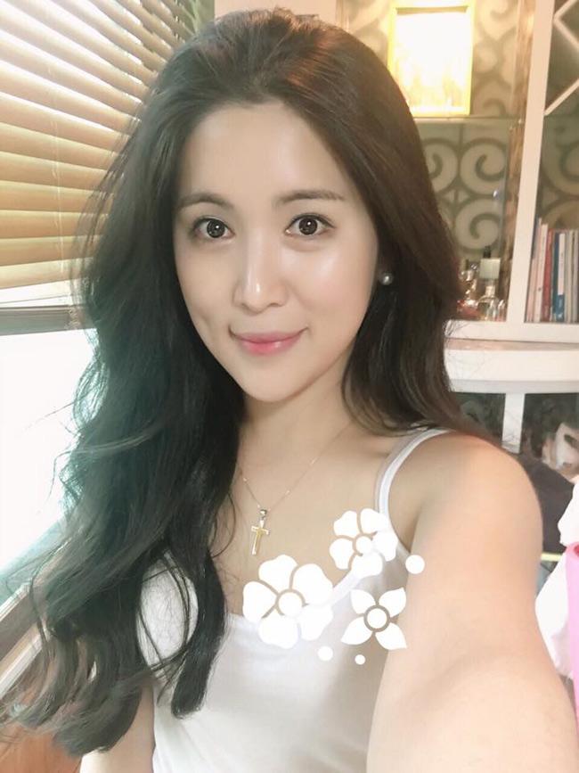 Sky tên thật là Kang Ha Neul, đến từ Hàn Quốc. Cô bắt đầu sự nghiệp tại Việt Nam khi tham gia công ty giải trí Ya!Entertainment của Wanbi Tuấn Anh. Sau 3 năm trở lại Việt Nam, cô khiến nhiều người bất ngờ bởi nhan sắc thay đổi. Có thể thấy, Sky ngày càng xinh đẹp hơn.