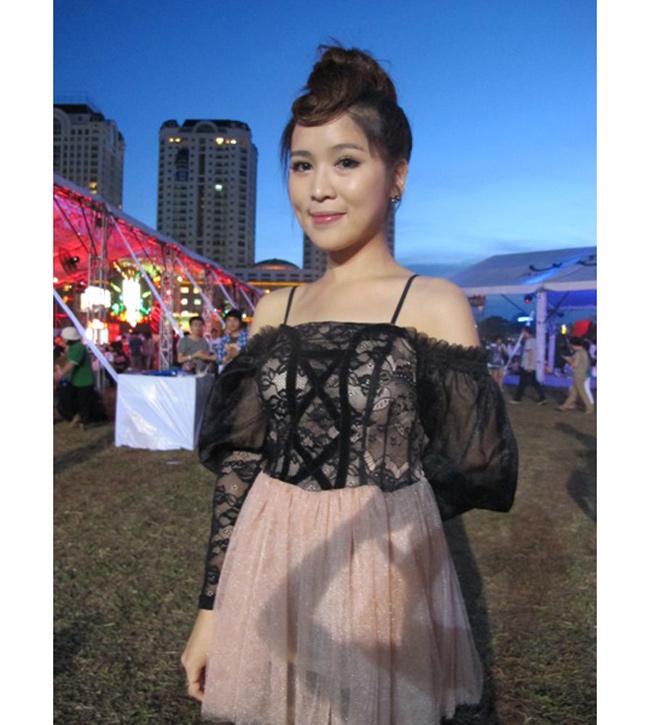 Nữ ca sĩ có gương mặt như búp bê và nhận được nhiều lời khen ngợi của fan, nhất là người hâm mộ Wanbi Tuấn Anh.