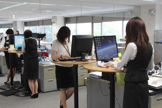 Công ty bắt nhân viên không được ngồi khi dùng máy tính - 1