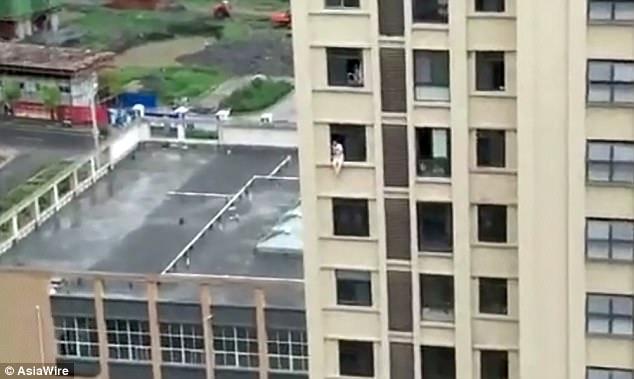 TQ: Lính cứu hỏa đạp thẳng vào ngực người toan nhảy lầu - 1