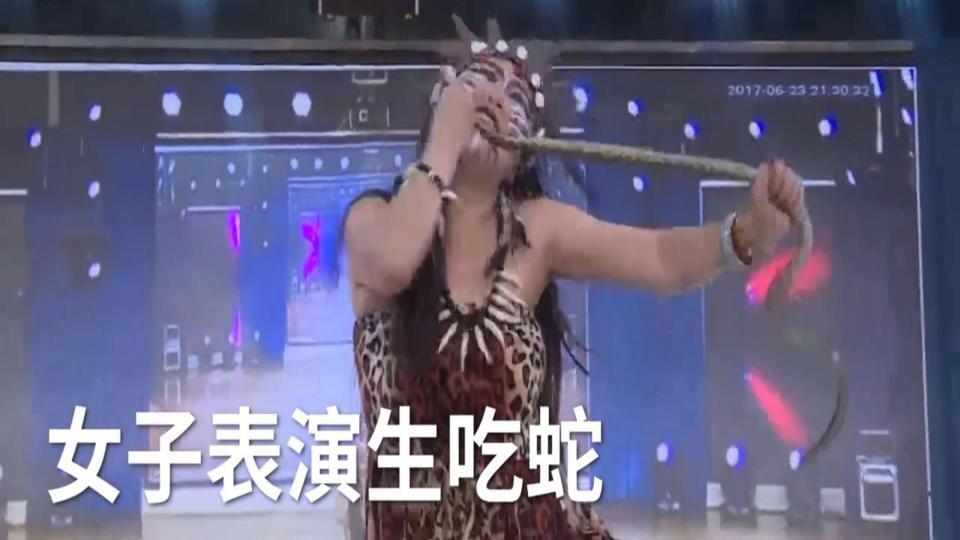 Sốc: Cô gái cắn đứt đầu rắn rồi ăn sống trên truyền hình TQ - 1